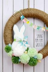 veniec so zajacikom z plsti s brmbolcami